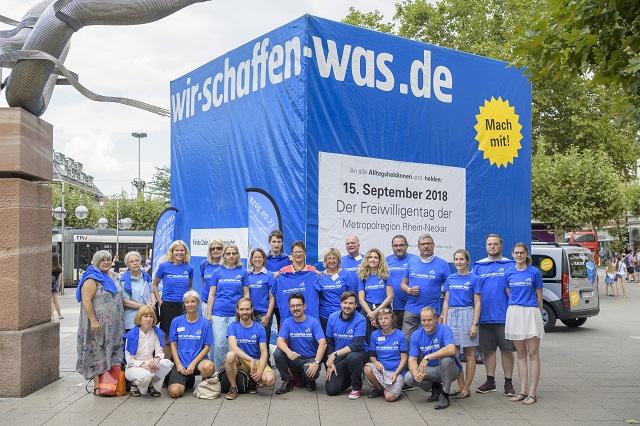 Blauer Würfel wirbt für Freiwilligentag