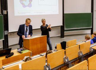 KinderUni Vorlesung von Herrn Prof. Hoffjan zum Thema Fernsehen und Zeitung, übersetzt on Deutsche Gebärdensprache