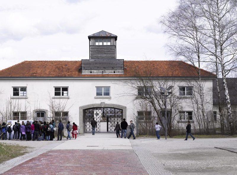 Das Jourhaus als Eingang zum ehemaligen Häftlingslager und heutiger Eingang der KZ-Gedenkstätte Dachau.