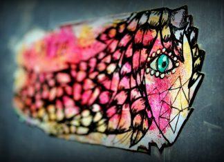 Abstrakte Malerei von buntem Gesicht an einer Wand
