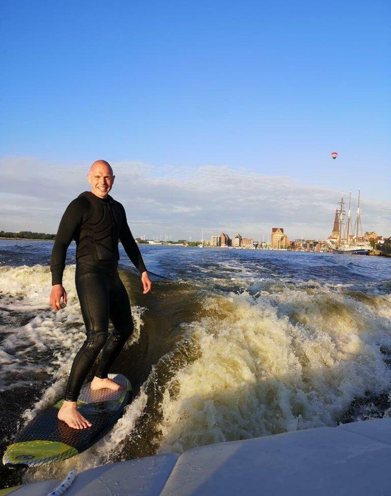 So sieht Wakesurfen in Rostock aus. Man surft auf einer Welle, die von einem Motorboot erzeugt wird. Mehr Videos und Fotos findet ihr auf unserer Homepage: www.wellengang-rostock.de, auf Instagram: wellengang_rostock und auf Facebook: Wellengang Rostock.